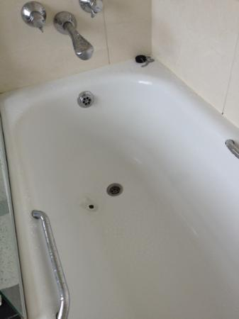 Fraser Suites Queens Gate: bathtub so old the enamel is worn