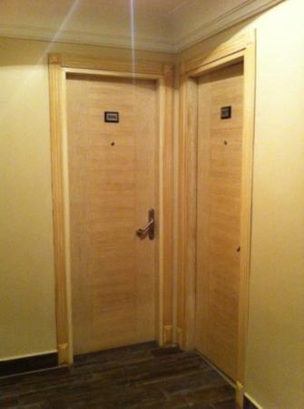 Bilinc Hotel: la stanza sono attaccati percio si sente le voce di fianco
