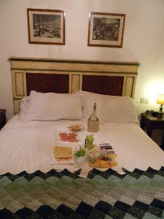 Panella's Residence: Bed - with a dinner from a market right down the way - recommended by Graziella