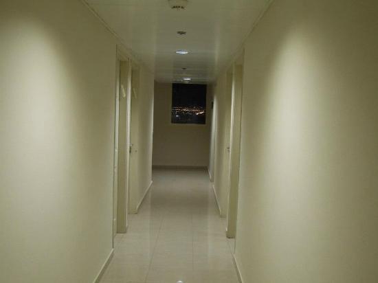 Aviv Spring Hostel: Hotel corridor