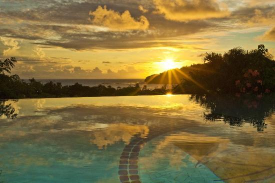 Pelican Eyes Resort & Spa: Sunset at La Cascada Restaurant