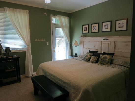 Tranquil Woods Victorian Inn: Chambre (Rez-de-chaussée)
