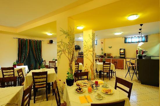 Agriturismo Colle degli Olivi : sala colazione bar