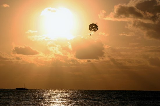 Residencias Reef Condos: Parasailing 