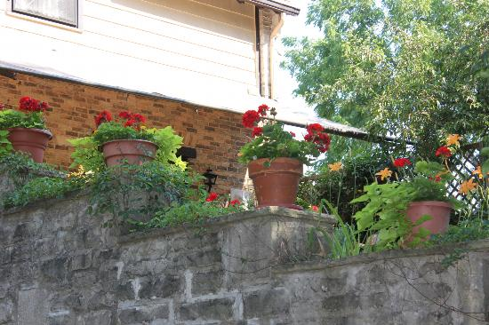 River's Bend Inn: Geraniums on the Patio