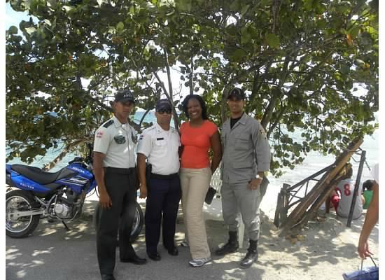 Playa Caleta La Romana : police around area