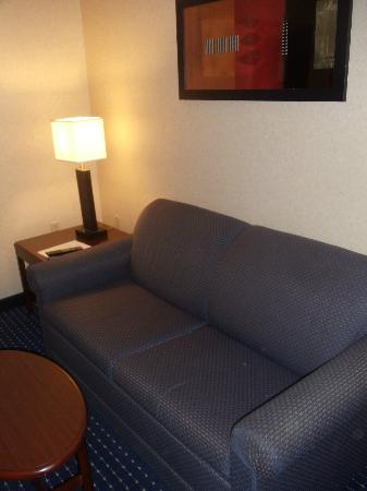 SpringHill Suites Providence West Warwick: Sofa bed and sitting area