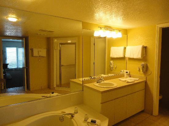 Legacy Vacation Resorts-Indian Shores: Studio Bathroom