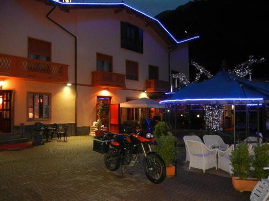 Roure, Italien: Hotel Lion am Abend