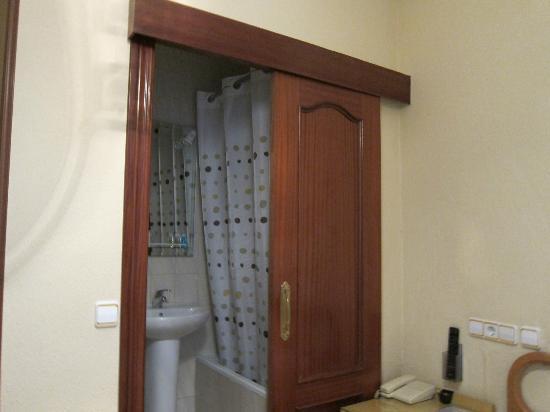 Hostal Maria Luisa: bathroom