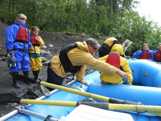 Denali Southside River Guides : Loading up the raft with our guide Craig