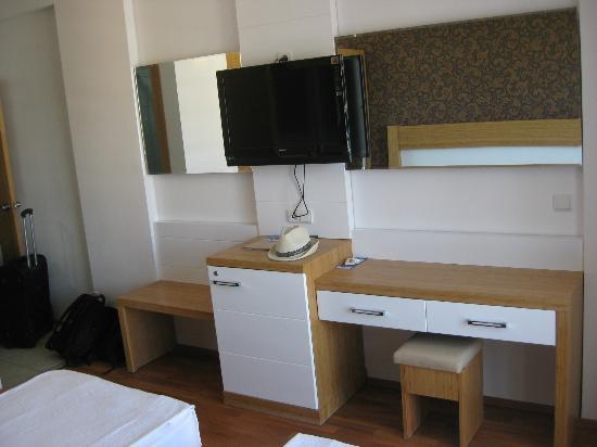Eftalia Aytur Hotel: Fernseher, Kühlschrank, Schreibtisch
