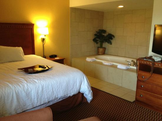 Hampton Inn Charleston - Southridge: King Suite with the Jacuzzi in the room