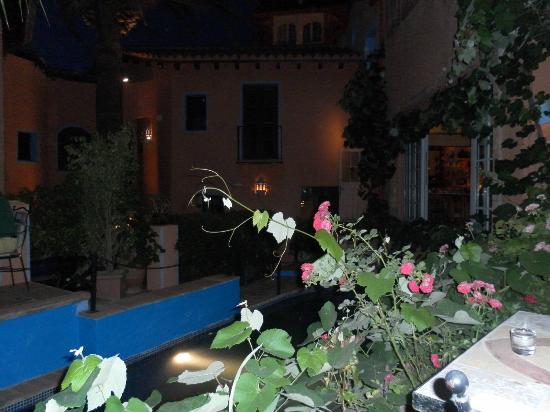 Amanhavis Hotel & Restaurant: Courtyard gardens, pool and dining area