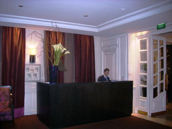 Hotel de la Tremoille: Beautiful reception and concierge services