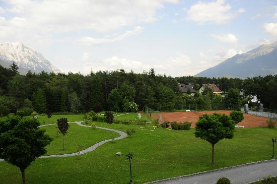 Hotel Kaysers Tirolresort: Uitzicht vanuit balkon voorzijde hotel