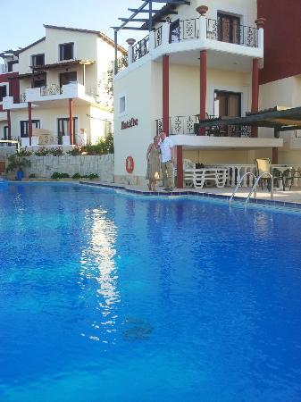 Antilia Apartments: Pool and apartments