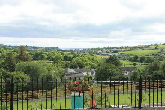 Glenn Eireann House B&B: View down to the sea from the back garden