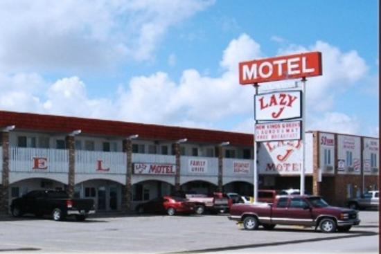 Lazy J Motel: front and parking