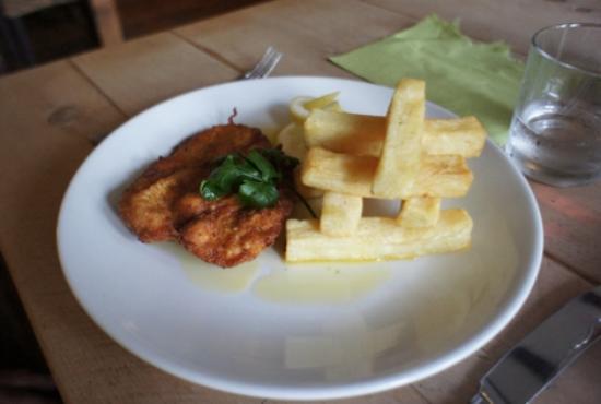 Pedro's Restaurant, Bar & Hotel: chicken & chips