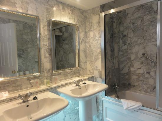 Beverly Hills Heights: one of the bathrooms