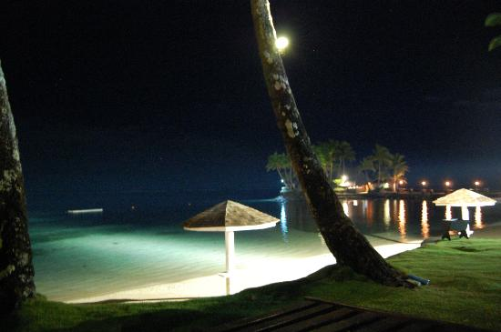 The Warwick Fiji: Lighting of the beach at night