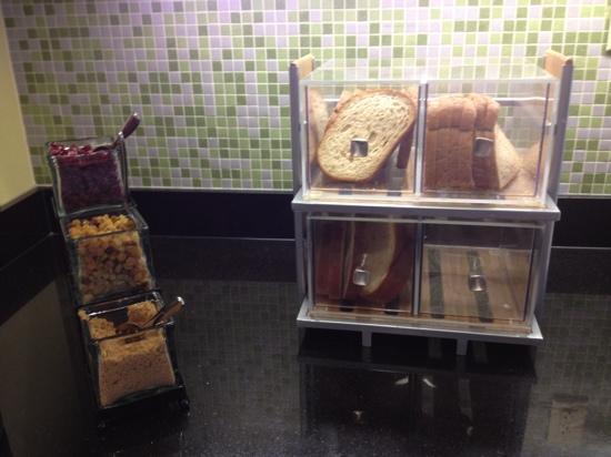 هياة بالاس جراند رابيدز ساوث: at least 2 types of bread for toast and toppings for the oatmeal 