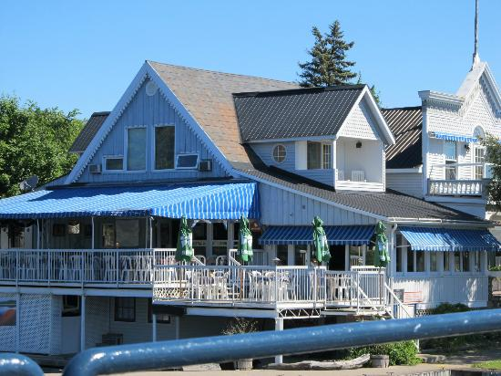 Boathouse Country Inn: Restaurant bellow 2nd floor left 2 BB room and right suite for 2-6 poeples