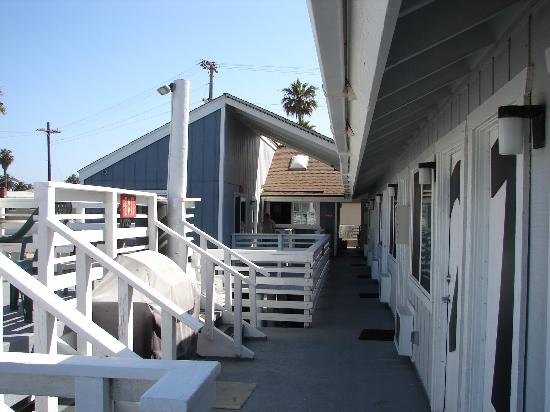 Huntington Surf Inn: View of rooms ( to the right ) and office