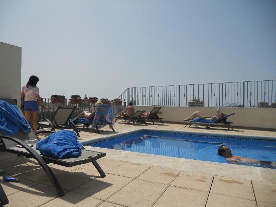 Salles Hotel Malaga Centro: Roof top pool,