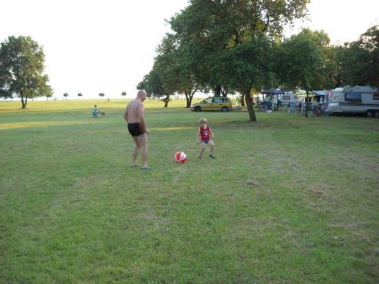 CampingIN Park Umag: tra una fila di piazzole lo spazio per giocare..