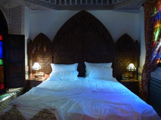 Riad Salam Fes: A large and comfortably bed in the Laaroussa suite