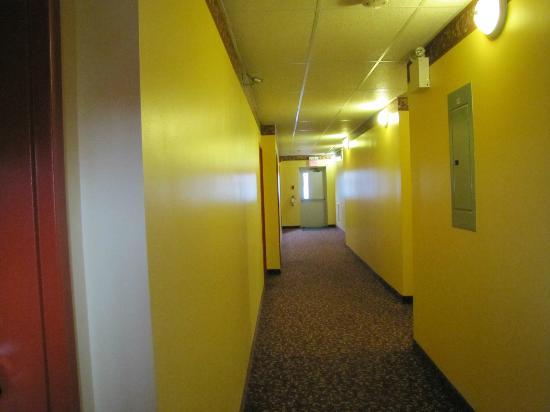 Valley Inn Motel Hotel: Interior corridor