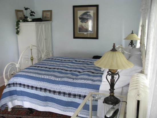 Fulton House Bed & Breakfast: our bedroom (again as large as showing here, with table and chairs