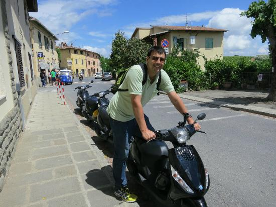 FlorenceTown: During one of our Vespa tour stops of the day .... great fun !