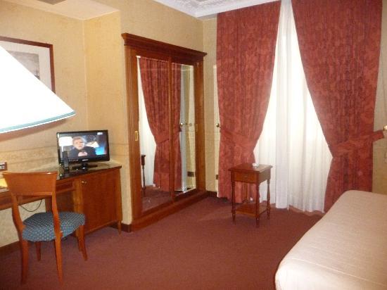 Strozzi Palace Hotel: malheureisement il n'y a pas de vue: fenetre opaque et donnant sur un mur
