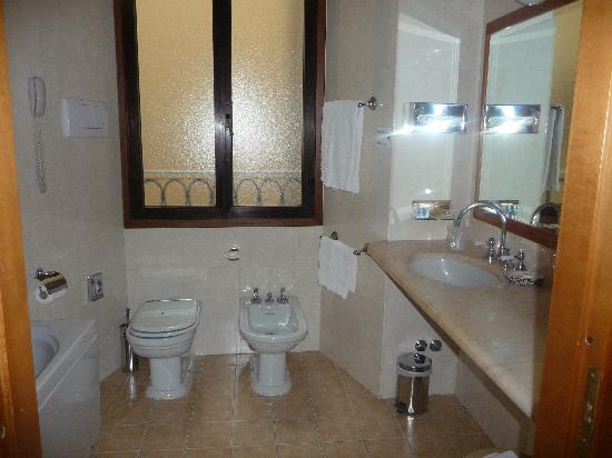 Strozzi Palace Hotel: salle de bain grande mais vétuste
