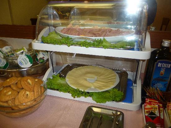 Strozzi Palace Hotel: l'assortiment de fromages et charcuterie/ 1 seule sorte et pas bon