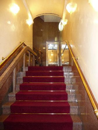 Strozzi Palace Hotel: entrée de l'hôtel. réception au premier