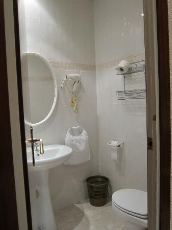 Hostal Orleans: bathroom