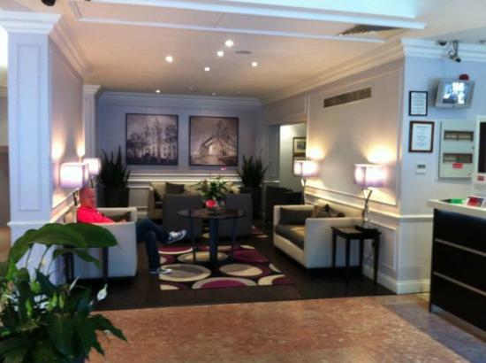Mercure London Kensington: Lobby sitting area adjacent to the front desk.