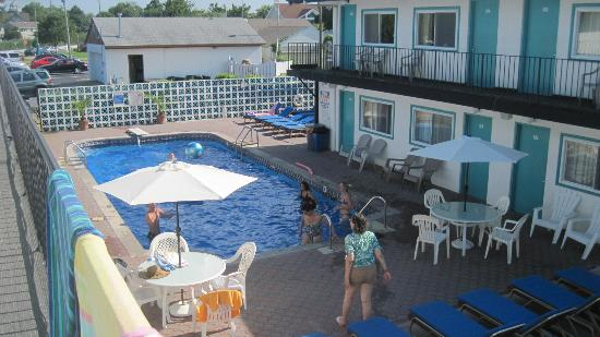 Amethyst Beach Motel: View of the Pool from our room