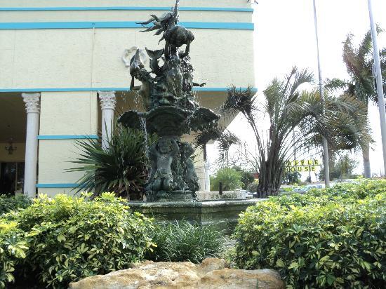Universal Palms Hotel: facade avant de l'hôtel