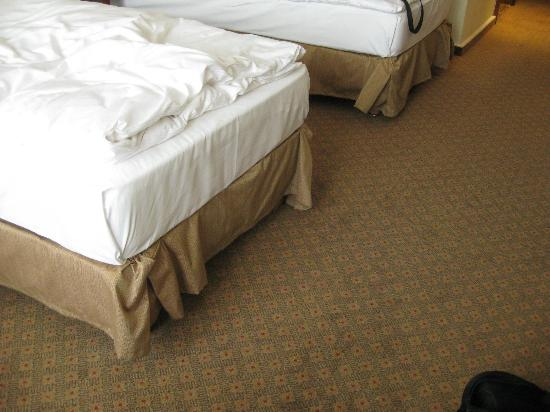 Hilton Mainz City: Rucked and poorly fitted bed valances
