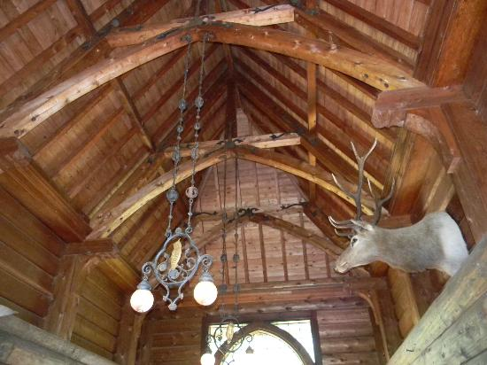 Stout's Island Lodge: Rafters in the breezeway