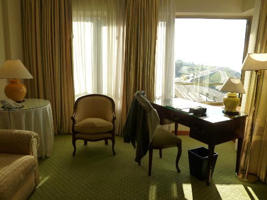 Hotel Costa Galana: Sala de ingreso con vista lateral al mar