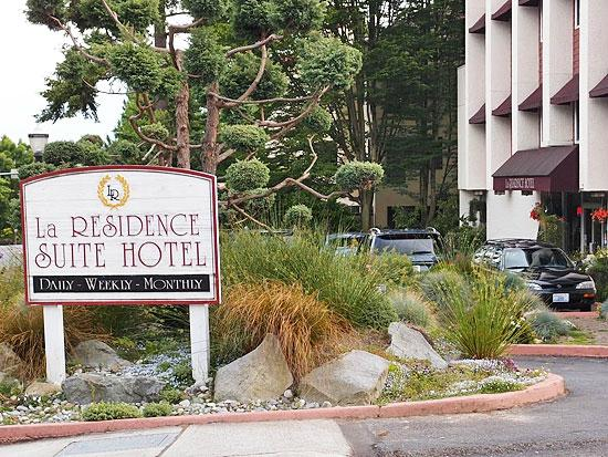 La Residence Suite Hotel: Entrance and Signboard