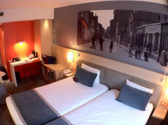 Hôtel Mercure Paris 15 Porte de Versailles: Comfy beds and wall art of historic Rue Saint Lambert