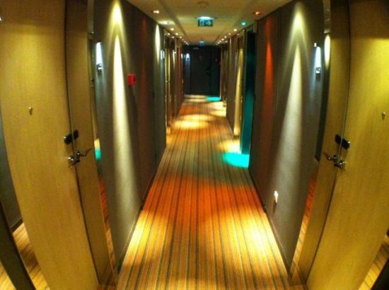 Hotel Mercure Paris 15 Porte de Versailles: Modern decor in the hallway