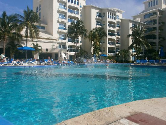 Occidental Costa Cancun: The pool early morning
